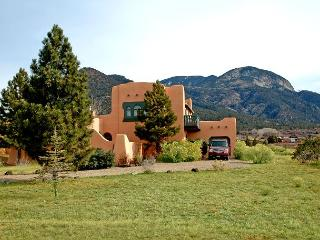 Casa del Lujo Open Floor Plan Great  Mountain Views pool tennis Hot Tub wi-fi, Arroyo Seco
