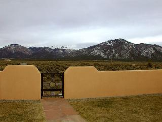 Taos vacation home panoramic view patio hot tub high speed DSL fireplace, El Prado