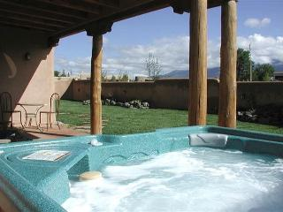 Luxury 3 master bedrooms Private Enclosed Yard Hot Tub Great Views Wifi, El Prado