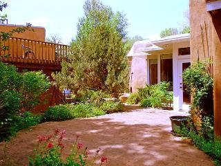Juniper Springs + Guest 1 Acre with Mountain Views,Private Setting, Hot Tub, Taos
