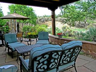 Alba de Sun Ra In Town Mountain View Private Patio with  Hot Tub wifi, Taos