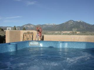 Taos mountain getaway views fireplace hot tub private setting satellite tv, El Prado