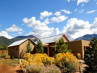 Fantastic Views of Sangre de Cristos expansive pasture land, Private Hot Tub, Arroyo Seco