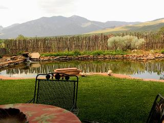 Garden Oasis - southwest charm & ambiance, serene panoramic mountain view, Taos