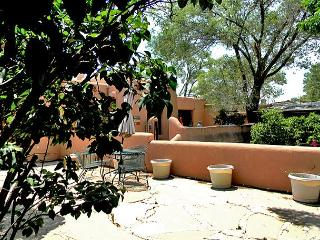 Artist Retreat 2 Walk to Plaza Enclosed Yard Hot Tub, Taos