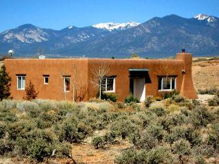 A Hidden River House Private setting  Big Sky Views Walk to a hidden River, Ranchos De Taos