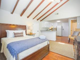 Beautifully Decorated Studio with a full kitchen across from the cathedral, Savannah