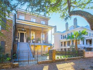 Stay with Lucky Savannah: Estate on Gaston, near Forsyth Park with Parking