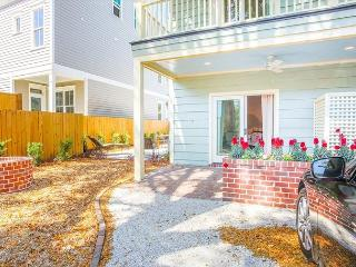 Stay with Lucky Savannah: Private outdoor living area in Historic District!