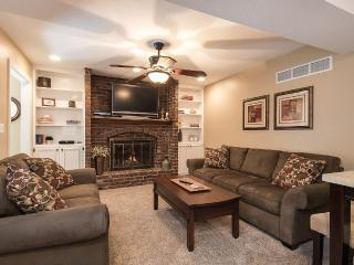 Beautiful neighborhood apartment., Leawood