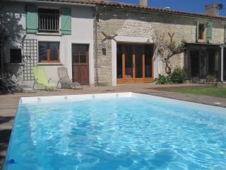 Beautiful stone village house, private heated pool, Surgeres