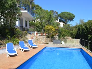 Peacefully located villa ideal for 2 families, pool & sea views