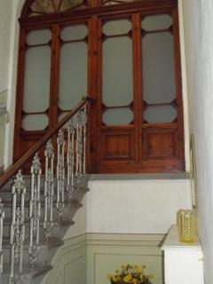 scale e portone di ingresso al piano attico