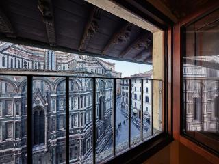 """The"""" Flora"""" Apartment in front of the Duomo"""
