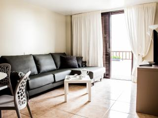 Parque Santiago 2: 2 bed Apt with heated pool, Playa de las Américas