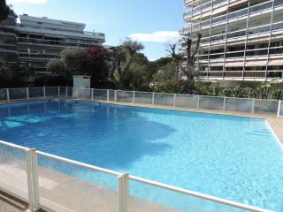 Bright 2 bed flat with communal pool and terrace