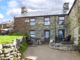 HENDY COTTAGE four poster bed, views, pet-friendly, close to beach in Llanbedr, Ref 936170