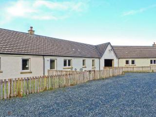 DRIFTWOOD COTTAGE, ground floor, Jacuzzi bath, dogs welcome, stunning views, Salen