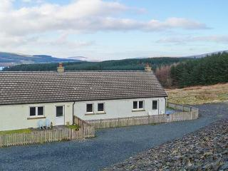 POPPIES COTTAGE, romantic retreat, sauna, woodburner, dogs welcome, terrace cottage near Salen, Ref. 938199