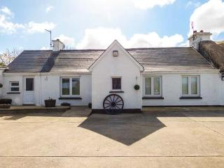 WHISPERING WILLOWS - THE BUNGALOW, semi-detached, WiFi, open fire, Carndonagh