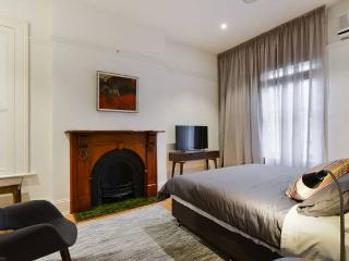 Waratah Stay- Nardoo- The Heart of  St Kilda Beach