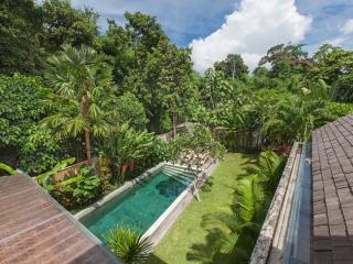 Beautiful Tropical 3BR Villa, 5 min walk to the Batu Beling Beach!