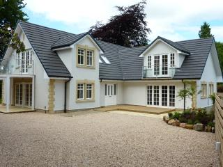 Stunning Detached Villa, 2  Jacuzzi's, Fireplace !, Glasgow