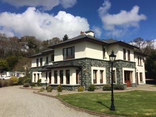 Fossa Lodge - large impressive house sleeps 17