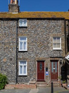 Quaint Fisherman's Cottage only 1 minutes walk from Viking bay beach and restaurants.