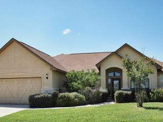 UNBEATABLE! Luxury home located on the Bandit Golf Course!, New Braunfels