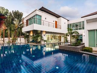 Private pool & 5 bedrooms Luxury villa in Kamala!