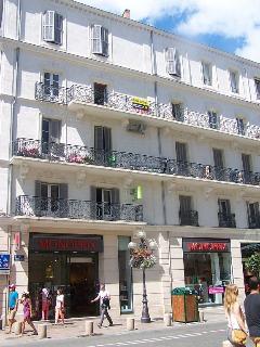 L'immeuble où se trouve le studio suivi de plusieurs magasins et restaurants etc 7 de 17