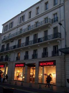 L'immeuble du studio vu de nuit,avec en bas le magasin monoprix encore ouvert 9 de 17