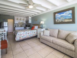 Classic beachfront studio with Gulf views & a shared pool!, Panama City Beach