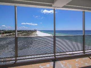 Classic beachfront studio with Gulf views & a shared pool - Snowbird rates!