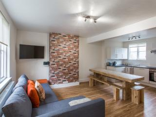 Central Nottingham Home. Perfect for Groups. Sleeps 14.