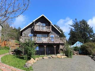 Delightful 3-Bdr home w/ an ocean view & hot tub! Sleeps 10!, Yachats