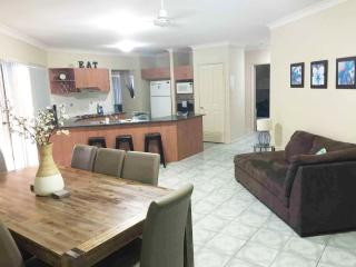 Anaheim Lodge Deluxe | Sleeps 16 | Pool Table WiFi, Upper Coomera