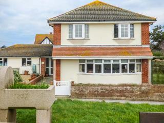 POETS CORNER, detached, en-suite, lawned garden, superb views, in Freshwater