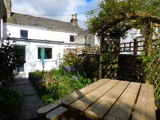CHY EWN, central location, woodburner, lawned garden, in St Columb Major, Ref