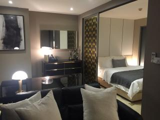Luxury Oasis in CBD / Breeze Walk to BTS Stations, Bangkok