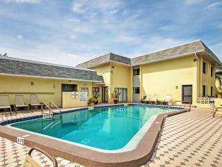 Recently Updated 2BR Siesta Key Condo w/Wifi & Access to Heated Community Pool! Walk to Crescent Beach, Local Shops & Restaurants in Minutes!