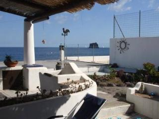 Liù large two levels apartment with beautiful view, Stromboli