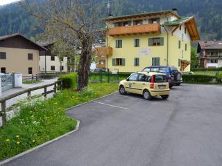 posto auto di proprietà adiacente all'appartamento