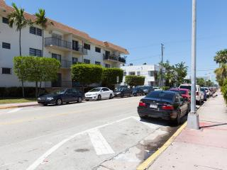 Large updated 2 bedroom in Heart of South Beach!!!, Miami Beach