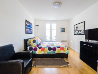Sunny furnished Arc de Triomphe Studio, París