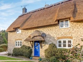Thatched 4 bedroom cottage near beach, pub & shop