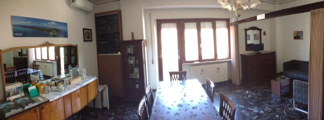 Ampia sala da pranzo con il soggiorno