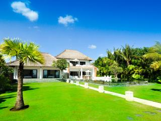 50 meter beachfront, large infinity pool a lush tropical garden