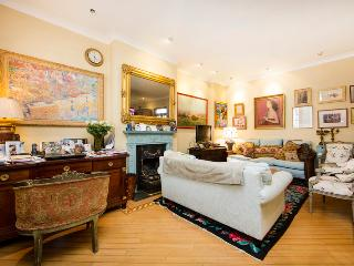 Grand mews house with 3 bedrooms in very exclusive location- Knightsbridge, Londres